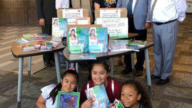 Photo of Mexican Consul donates Spanish-language books