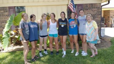 Photo of Spring Hill Lady Bears Basketball Team helps former teacher with yard work